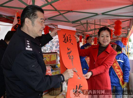 贺州警营书法家书写春联情暖返乡大军(图)