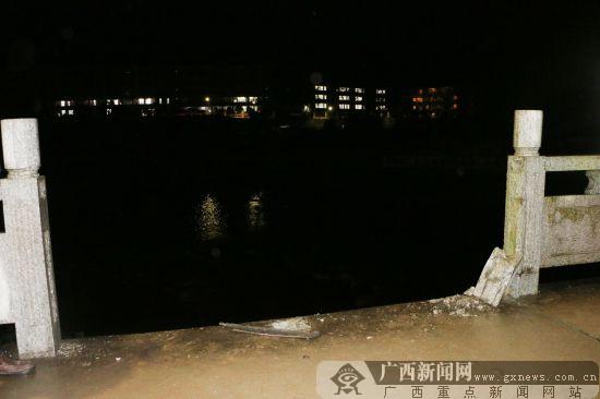 资源:雨夜面包车突然失控 撞断大桥护拦掉入资江