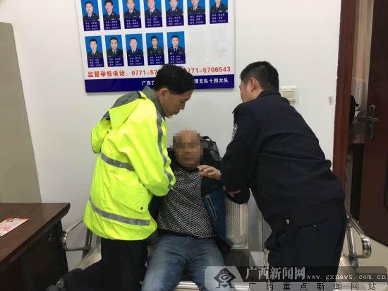 乘客坐大巴返乡途中突发病 高速交警紧急救助(图)
