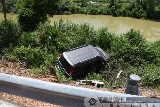 钦州:小客车失控撞坏护栏冲下路基(图)