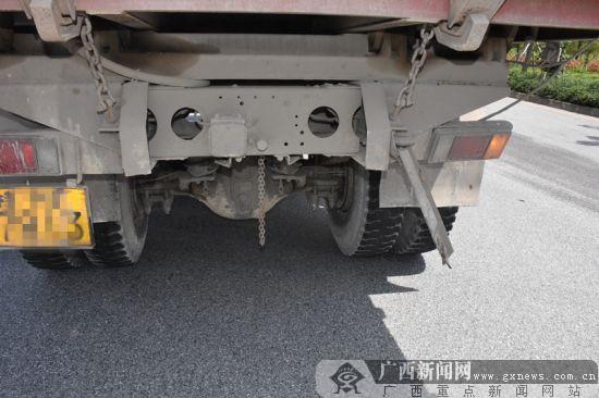 """钦州:车速过快 小轿车""""强吻""""大货车撞掉备胎(图)"""
