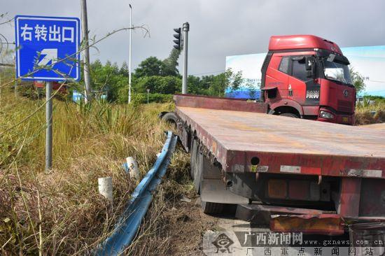 """雨天路滑 大货车""""扭脖子""""撞毁10米护栏(图)"""