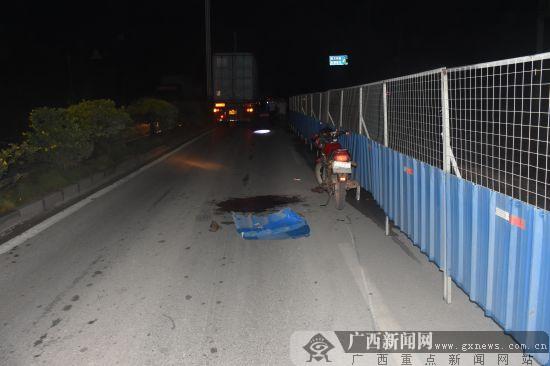 钦州:大货车碰撞摩托车