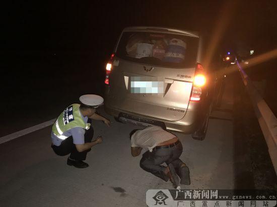 粗心司机高速爆胎被困 高速交警及时伸援手(图)