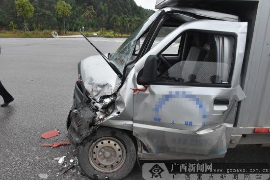 钦州:雨天路滑车速过快 大货车与小货车相撞(图)