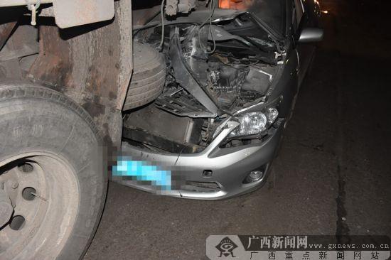 钦州:驾驶员分神 轿车追尾货车致车头受损(图)