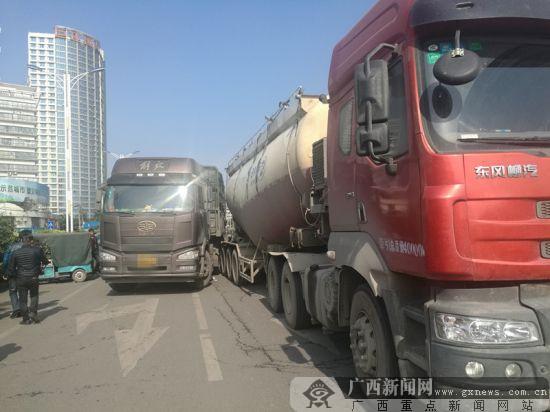 """两货车刮擦道路拥堵半小时 两司机收到""""额外""""罚单"""