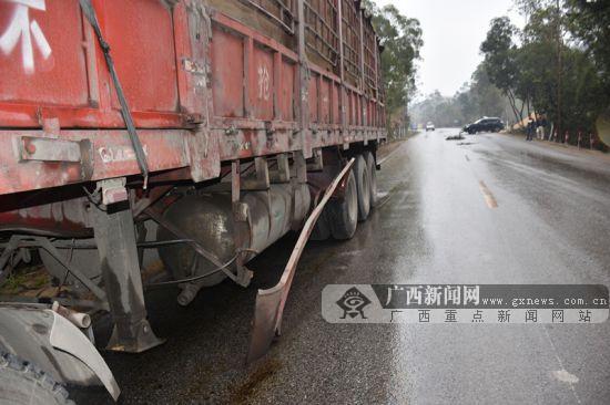 雨天转弯司机疏于观察 越野车遭大货车碰撞受损