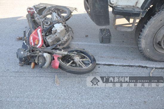 垃圾运输车碰撞摩托车 摩托车手及时跳车躲过一劫