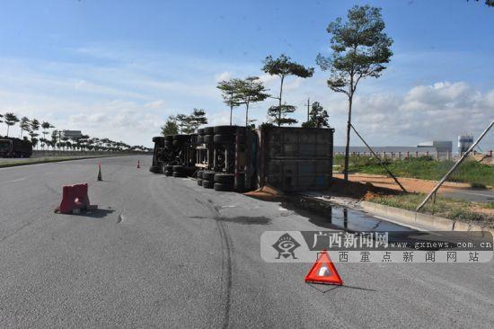 一大货车转弯重心偏移发生侧翻  货物散落一地
