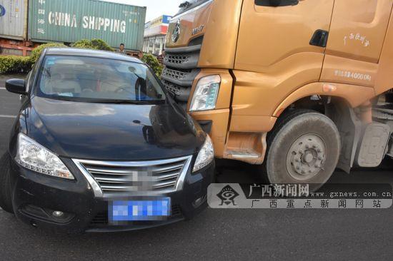 """小轿车""""无辜躺枪"""" 被大货车撞上 被推行数米"""