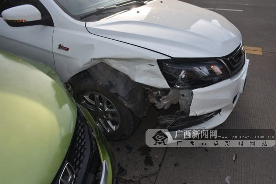 """钦州:两小车发生碰撞 """"面贴面""""两车皆受损(图)"""