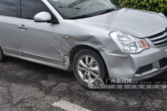 钦州两小车在快车道上发生碰撞 车损过万元(图)