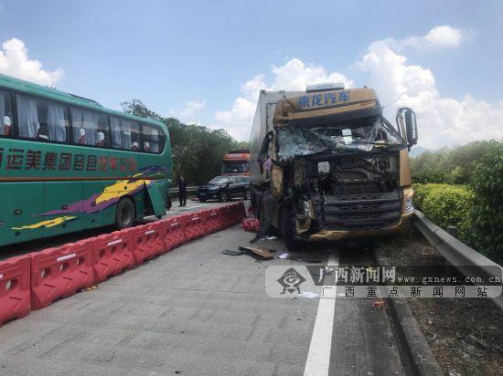 广昆高速一半挂牵引车追尾客车 造成路面交通拥堵