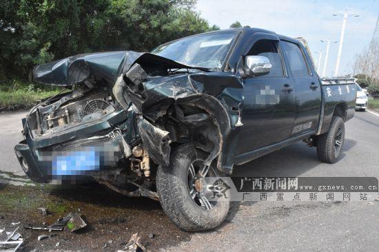 钦州:大货车撞上皮卡车 皮卡车车头严重变形(图)