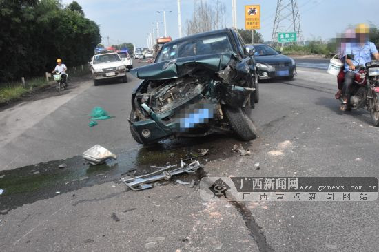 广西钦州一辆大货车撞上皮卡车 皮卡车车头严重变形(图)