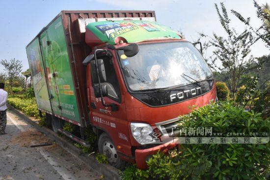 钦州一小货车为避让变道小轿车 失控冲入花带(图)