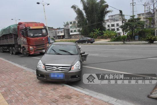 """大货车""""愣神""""碰撞小车 三厢小车变""""两厢""""(图)"""