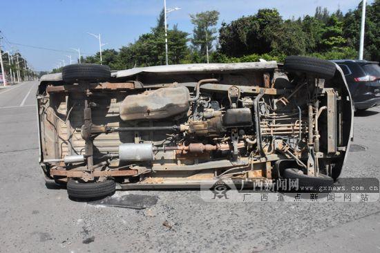 钦州两辆小车发生碰撞 其中一辆小客车被撞侧翻