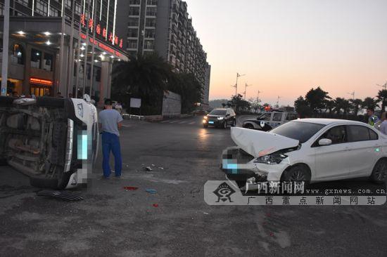 小客车闯红灯撞上一辆小轿车后侧翻 两车受损严重