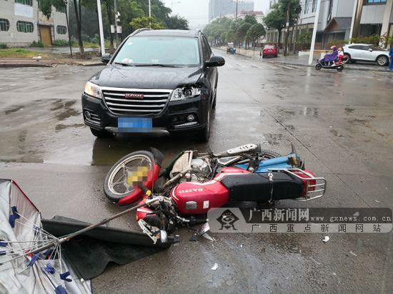 钦州港一辆越野车碰撞摩托车致两人受伤(组图)