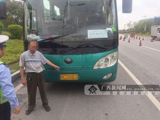 钦州交警查获两辆超员大客车 过道上也坐着乘客