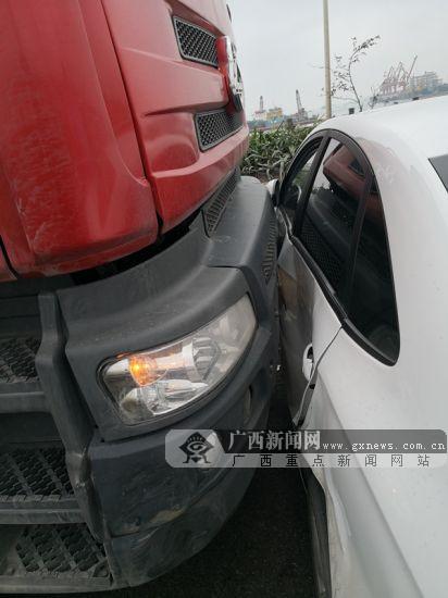 钦州一大货车为避险突变道 小轿车被推行80米(图)