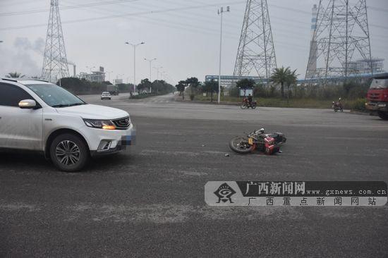 钦州:越野车与摩托车碰撞 摩托车手全身多处受伤