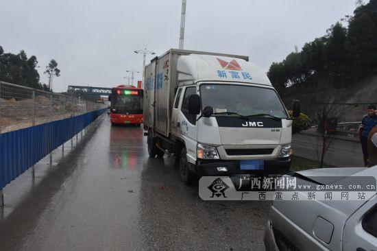 速度过快雨天路滑 小货车追尾两小车现场交通拥堵