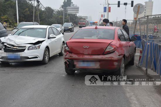 """车速过快距离太近 钦州两小车追尾很""""受伤""""(图)"""