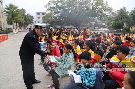 蒙山:民警进校园为学生上好寒假前