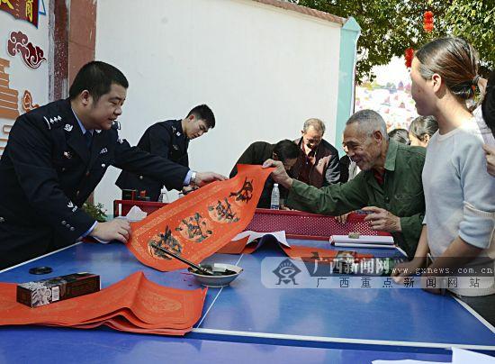 贺州民警下乡为群众义务写春联(图)