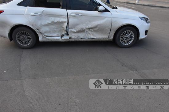 钦州两辆小车发生猛烈碰撞 事故导致两人受伤(图)