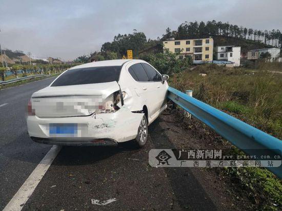 雨天行车遇¡°水滑¡± 小轿车失控撞道路护栏(图)