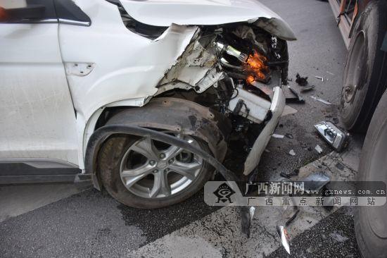 """驾驶员判断错误操作不当 小车撞向大货?#24403;?quot;爆头"""""""