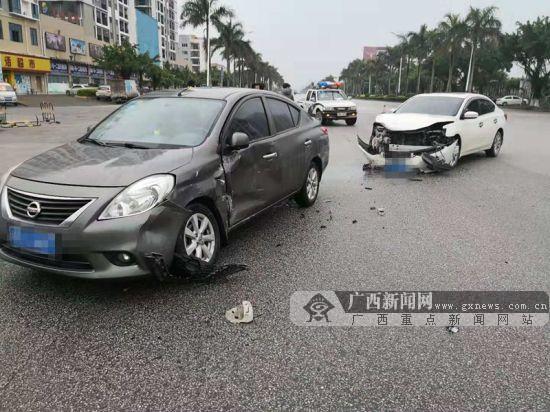 雨天路滑视线差 钦州两小车发生碰撞车损严重(图)