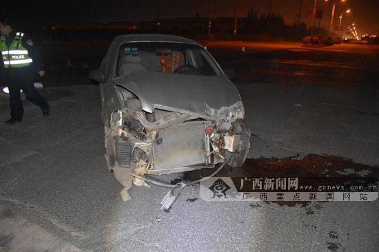满地碎片车头撞烂 钦州一车祸现场让人心惊(图)