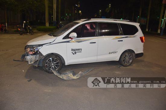 钦州一越野车与面包车相撞 面包车驾驶员锁骨骨折