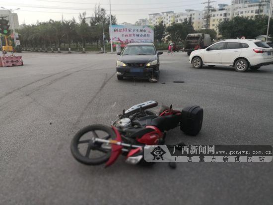 通过路口疏于观察 小轿车将摩托车撞飞数米(组图)
