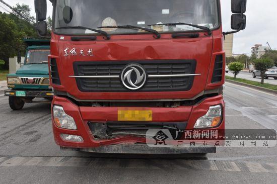 大货车追尾小轿车将其撞出十几米 轿车尾部受损