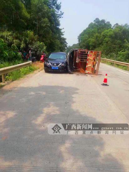操作不当避险失败 三轮车侧翻撞上小车致一人受伤
