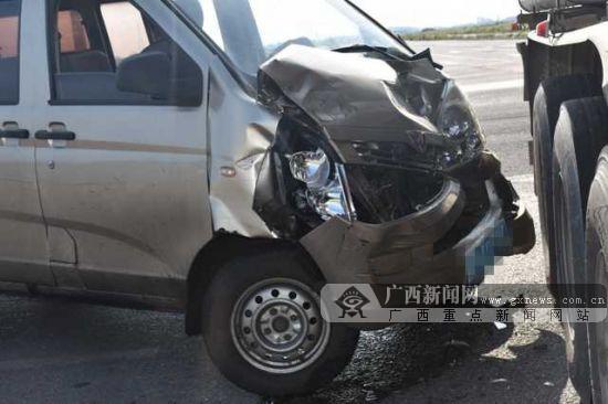 一面包车与危化品运输车相撞 所幸车罐体是空罐