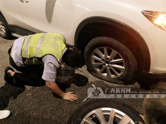 小轿车车胎被撞爆 烈日下辅警帮助换胎令人感动
