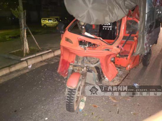 三輪車撞上違規停放的大貨車 車輛受損駕駛員受傷
